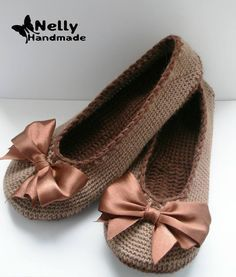 A free crochet pattern of ballerina slippers. Do you also want to crochet these slippers. Read more about the Free Crochet Pattern Ballerina Slippers Knitted Booties, Crochet Boots, Knitted Slippers, Crochet Clothes, Loafer Slippers, Loafers, Baby Booties, Mode Crochet, Crochet Baby