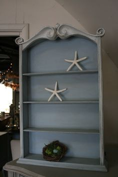 I loved this little, vintage, wall shelf when I spotted it at a yard sale recently.            The scrolling detail at the top is beau...