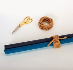 cabideiro com cabos de vassoura