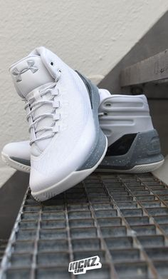 Under Armour finishes the year with the last Christmas-Edition of the Curry 3, the 'Raw Sugar'. Get some to sweeten up your game!