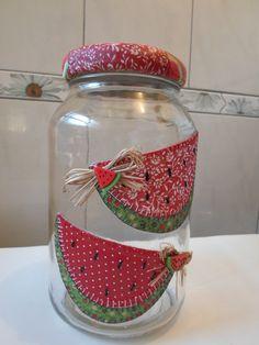 Pote de vidro patchwork em tecido | Artesanatos da Amanda | Elo7 Mason Jar Crafts, Mason Jar Diy, Bottle Crafts, Handmade Crafts, Diy And Crafts, Arts And Crafts, Diy Y Manualidades, Bazaar Ideas, Painted Jars
