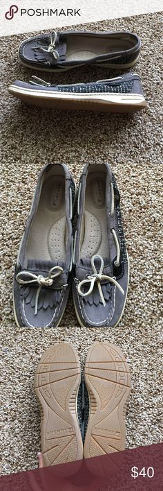 Sperry top-slider shoes Excellent condition! Small scruff on lace (see picture) but still amazing condition and hardly worn Sperry Top-Sider Shoes Flats & Loafers