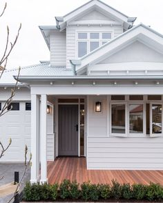 Home Renovation Exterior Designed by this home has warmly welcomed the Hamptons style into the suburb of Essendon, Victoria. Exterior Colonial, Café Exterior, House Paint Exterior, Exterior Design, Exterior Houses, Bungalow Exterior, Exterior Cladding, Exterior Color Schemes, Exterior Paint Colors