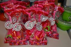 I made these treat bags for my daughters Valentines day party at school. Found the idea on pinterest of course :-)