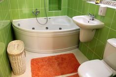 Угловая ванна небольшого объема в маленькой ванной