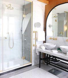 Bonjour #Paris from the dreamy marble bathroom of a beautiful hotel Vernet Suite ✨ @bsignaturehotels  #hotelvernet #bessesignature #parisjetaime #luxury #fivestars #bathroomgoals #marble #canonphoto