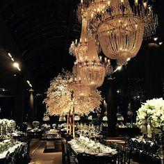 repostfrom @valeriaeventosedecoracoes Resultado Salão principal #casamentocelaericardinho #valeriaeventos @valerialeaobittar #carlosfloresdecoracoes #carlosfloresinsta #carlosfloresdecorações #igers #instagram #love #lindo #flores #flower #wedding #luxo #festa #luxosparty #cenografia #inesquecívelcasamento #querouma #lustres #lustrescustomizados