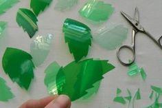 Elle coupe des bouteilles de plastique en forme de feuille! Quand j'ai vu le…
