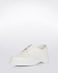 Ein zeitlosen Style vertreten die Schnürer 1461 8 Eye Boot Smooth von Dr. Martens. Durch das unaufdringliche Design passen die Schuhe sowohl zur Jeans als auch zur klassischen Hose. Extravagante Looks für den kultigen Style.