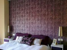 Dormitorio en blanco y plata, cabecero de cama papel pintado púrpura Curtains, Bed, Furniture, Home Decor, Studio, Environment, Living Room Walls, Girl Room Decor, Houses