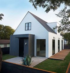 Designing and building handsome, readymade homes in urban Austin is part of Modern house exterior - Cottage Exterior, Modern Farmhouse Exterior, Style At Home, Design Exterior, Scandinavian Home, Modern House Design, Modern Barn House, Home Fashion, Modern Architecture