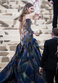 Gigi Hadid's Met Gala Gown Has a Slit So Sexy, You'll Need to Confess After Seeing It Gigi Hadid in Versace bei der Met Gala 2018 Gala Gowns, Gala Dresses, Couture Dresses, Evening Dresses, Fashion Dresses, Formal Dresses, Pretty Dresses, Beautiful Dresses, Gorgeous Dress