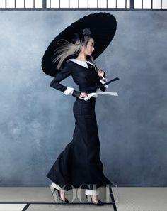 Martial Arts 넬(Chanel), 통 넓은 흰색 바지는 앤디앤뎁(Andy&Debb), 가죽 반장갑은 에르메스(Hermès), 세모 골드 반지는 엠주(Mzuu), 골드 실반지들은 디디에 두보(Didier Dubot).