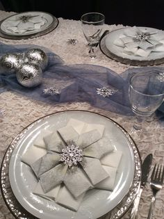 Winter table with snowflak napkins. Vinterbord med snøflakservietter.