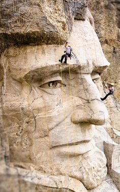 Gatsbywise - Carving started on the amazing Mount Rushmore National Memorial in It took sculpture Gutzon Borglum and more than 350 assistants 14 years and 28 days to carve the faces of four presidents into the mountainside: George Washington, Thomas Monte Rushmore, Cool Pictures, Cool Photos, Random Pictures, Photoshop, Historical Pictures, Art And Architecture, American History, Vintage Photos