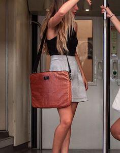 funda-portatil-marrón-polkadots-2 Louis Vuitton Neverfull, Back To School, Shoulder Bag, Tote Bag, Bags, Fashion, Laptop Sleeves, Handbags, Moda