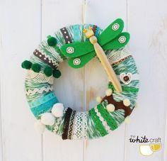 Corona de lana en tonos verdes con libélula / Green wool wreath with dragon-fly