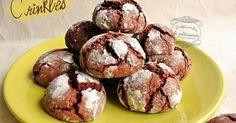 Recette des crinkles : des petits biscuits au chocolat craquelés sur le dessus, recouverts de sucre glace et moelleux à l'intérieur. Originaux et délicieux ! Biscuit Cookies, Yummy Cookies, Brownie Recipes, Dessert Recipes, Desserts With Biscuits, Tea Biscuits, Macaron, Chocolate Brownies, Food And Drink