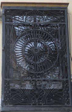 (Herraje espectacular en una ventana junto a la plaza de S. Francisco,calle Entre Cárceles)