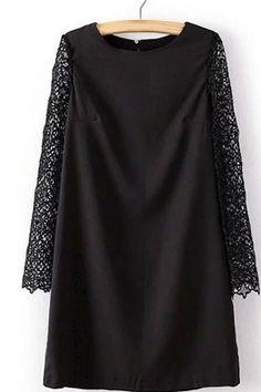 Короткое черное платье-трапеция с длинными кружевными рукавами