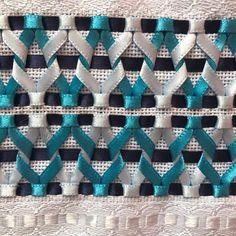 Toalha de rosto com trançado de fitas número um. Hardanger Embroidery, Silk Ribbon Embroidery, Origami Quilt, Crazy Quilt Stitches, Applique Fabric, Quilt Stitching, Ribbon Work, Fabric Manipulation, Fabric Flowers