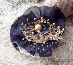 ACOYA JEWELLERY: Granatowo - złota broszka z perłą