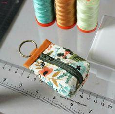 Diy Pouch No Zipper, Zipper Bags, Drawstring Pouch, Pouch Pattern, Purse Patterns, Sewing Patterns, Small Sewing Projects, Sewing Crafts, Mini Mochila