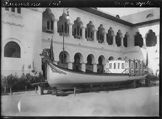 Barca Regala a Regelui Carol I stationata in interiorul curtii Palatului Cotroceni, cadru realizat in anul 1902.         Autorul pozei necunoscut pina la momentul publicarii pe site. Sursa pozei aici Bucharest, Pavilion, Houses, Shelf, Deck Gazebo, Sheds, Gazebo