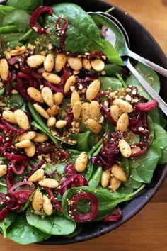 Salade-met-dadels,-amandelen-en-gekarameliseerde-rode-ui2