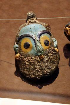 Cagliari. Museo Archeologico Nazionale. Dena en forma de cap humà en pasta de vidre