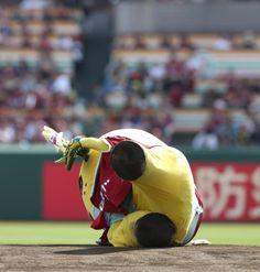<楽・日>ふなっしーが始球式に登場するが、ボールはあらぬ方向へいき、勢い余って転倒 Photo By スポニチ