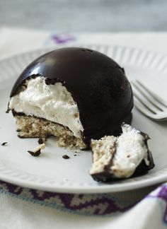 Marshmallow tea cakes, crunchy biscuit topped with a dome of marshmallow-filled chocolate, certainly have achieved cult status. But making your own homemade tea cakes will give *you* cult status.