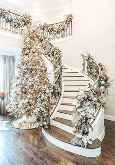 Rose Gold Christmas Decorations, Elegant Christmas Trees, Gold Christmas Tree, Beautiful Christmas, Luxury Christmas Decor, Christmas Stairs Decorations, Xmas, Christmas Tree Inspiration, Grand Entrance