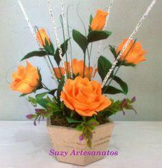 Arranjo composto de 3 rosas e 2 botões, adereços artificiais,um vaso, musgo, o…