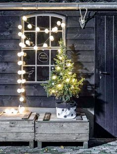 A gorgeous collection of 15 Beautiful Christmas Vignettes! Noel Christmas, Merry Little Christmas, Country Christmas, Outdoor Christmas, Winter Christmas, Christmas Lights, Christmas Vignette, Christmas Garlands, Hygge Christmas