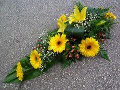 Koszorú - Citromsárga tűzött sírcsokor Funeral Sprays, Funeral Tributes, Cemetery Flowers, Funeral Flowers, Gerbera, Ikebana, Flower Arrangements, Decoration, Bouquet