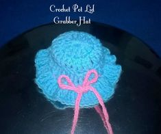 Crochet Pot Lid Grabber Hat: How about having a grabber hat for your pot lid made out ofcrochet? It Looks funky and a great life saver from burnt hands. This pattern is quick and easy to make. If pot lid grabber is going to be used with high do make it with natural fiber such... Crochet Pincushion, Crochet Potholders, Crochet Hot Pads, Free Crochet, Crochet Scarves, Crochet Hats, Crochet Dish Towels, Crochet Bookmarks, Pot Lids