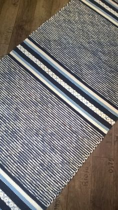 Loom Weaving, Hand Weaving, Loom Love, Weaving Textiles, Weaving Projects, Diy Curtains, Red Rugs, Carpet Design, Recycled Fabric