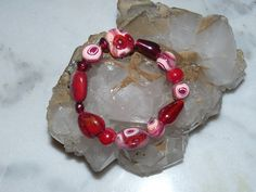 Bracelet perles polymère rouge bordeaux rosé nacré et perles de verre : Bracelet par marienocreations
