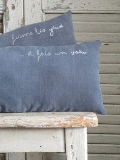 Les mots pour le dire... Texte au transfert à chaud gris argenté Coussins…