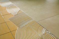 Gres porcelánico fino ideal para reformas. Sobreponer baldosa de gres porcelánico fino sobre suelo existente, sin demoler.