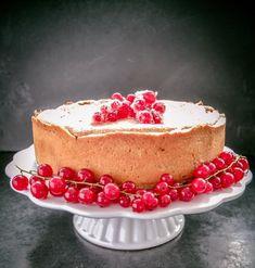 Leckerer Johannisbeer-Baiser-Kuchen ein super leckerer Kuchen für heiße Sommertage. In das Baiser kommen noch gemahlene Haselnüsse , Zimt, Zitronenschale.