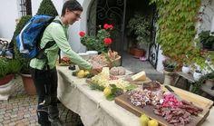 Schön angerichteter Tisch mit Südtiroler Spezialitäten - da muss man einfach probieren