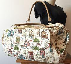 Bolsa de viagem com 3 bolsos externos. <br>Feita em tecido de algodão importado e com alças de couro.