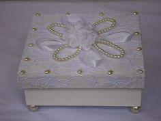 Caixa de Renda  com pérola, mine rosas e laço de  fita, ideal para lembrança de casamento. 10% de desconto nas compras acima de 10 peças. Aceito encomenda R$ 59,99