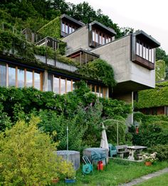 Material verde intervenido por la arquitectura / Arquitectura intervenida por material verde.