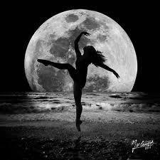 Si tienes la posibilidad de amar a una mujer que danza con la luna, amala. | Mujer diosa luna