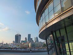 """Les bâtiments de la City avec le """"City Hall"""" au premier plan. Londres"""