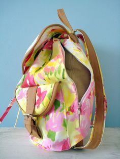 c672a288f Mochila em tecido de algodão floral com detalhes em couro ecológico. Tecido  Acquablock Forro interno