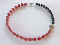 Asymmetrische Halskette aus roten und schwarzen Polaris-Elementen mit silbernem Ornament